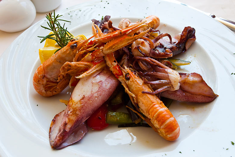Mořské plody: škampi (garnát císařský) a lignje (olihně)